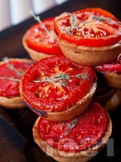 Тарталети с кайма и домати във форма за мъфини за закуска или предястие - снимка на рецептата